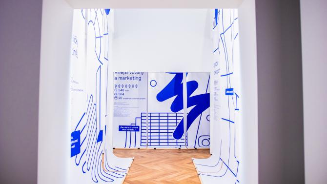 Projekt Jak se tvoří výstava, který komentovanými prohlídkami vHistorické budově Národního muzea seznamuje sprocesem přípravy výstav