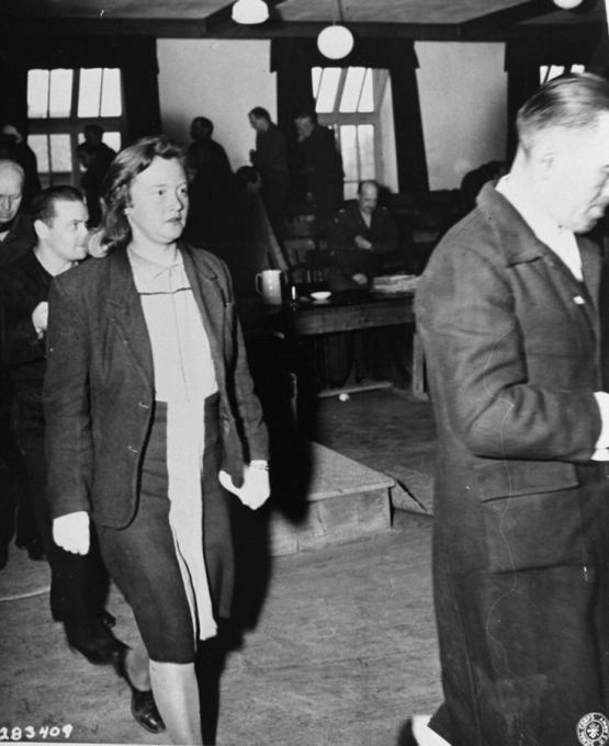 Ilse Koch 16. dubna 1947 při odchodu ze soudní místnosti.
