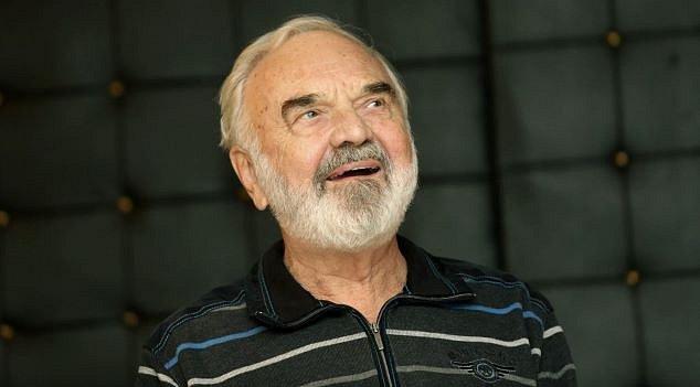 Zdeněk Svěrák nejenže hraje, ale zároveň píše i scénáře