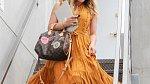 Hořčicová barva je trendy a oživí každý outfit.