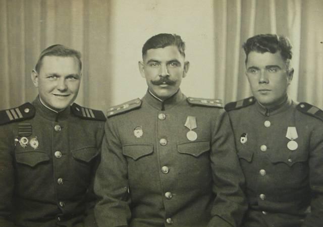 Vladimír Orlov 1945 - uprostřed