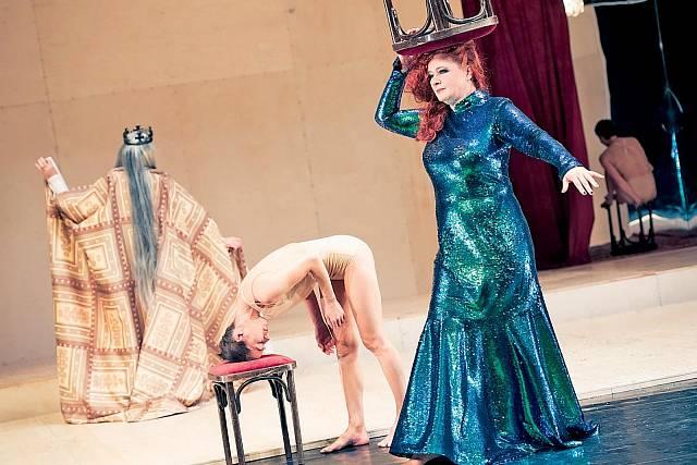 V tanečně-herecké kompozici Křehkosti, tvé jméno je žena na Nové scéně ND.