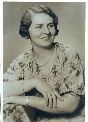 """Hedda byla dcerou Alfréda Bechera. Po válce ji československý stát nejdřív donutil vydat recepturu a pak ji jako """"sudeťačku"""" odsunul. V Německu vyráběla likér konkurenční a po roce 1989 ještě Karlovy Vary několikrát navštívila (zemřela roku 2007)."""