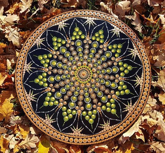 Pomocí symetrie a pravidelnosti se mandala snaží nastolit řád, uklidnit mysl, harmonizovat a vyvážit protiklady.