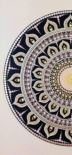 Desítky, stovky, tisíce teček barvy na plátně tvoří jeden harmonický celek.