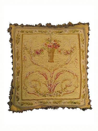 """Dnes se občas dají koupit polštáře vyrobené ze zbytků originálních tkanin. Ale """"aubusson"""" se obecně říká i kobercům a tapiseriím s těmito historickými motivy."""