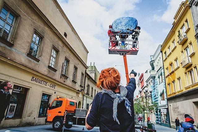 Veronika připravuje instalaci Doma v Opavě (2019).