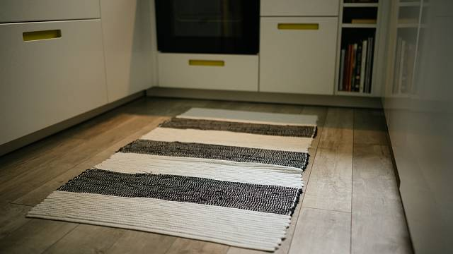 Pokud nemáte podlahové topení, zahřejte se kobercem. Pro pracovní místa (kuchyně) nebo jinak vytížené prostory (haly, předsíně) jsou vhodné tkané běhouny nebo koberečky, které jsou nenáročné na údržbu.
