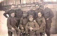 Otec (horní řada, druhý zprava) v ruském zajetí. 1917