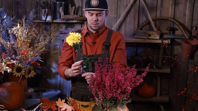 Plechovku naplňte aranžovací hmotou a do té napíchejte hrnkové květiny. Aranžmá dozdobte větvičkami, sušenými klasy, prostě čímkoli přírodním, co máte po ruce.