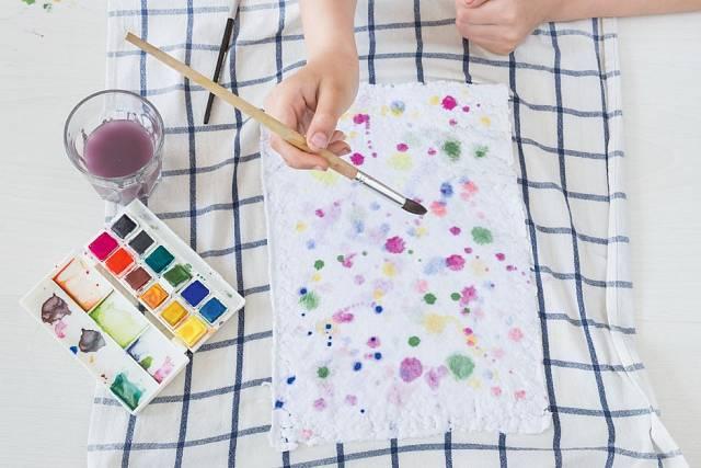 Papír můžete vyzdobit barevnými tečkami.