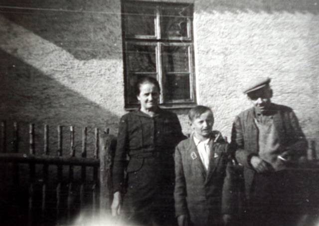 Rodiče a bratr Marie Antošové v r. 1947