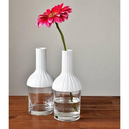 Porcelanový vršek vázy jednoduše nasadíte na svoji sklenici. Vymyslela Šárka Schmelzerová.