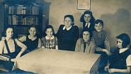 Raja (druhá zleva) při domácím vyučování po zákazu školní docházky pro židovské děti