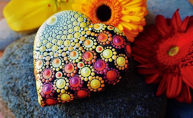 Tečkami se dá malovat i na kameny a jiné podklady.