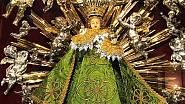 Pražské Jezulátko se obléká do vzácných šatiček, tyhle mu ušila návrhářka Marie Zelená s dcerou Martinou Hrnčířovou. Vybraly mu rýmařovský brokát a šaty ozdobily zlatými lipovými lístky složenými do čtyřlístků.