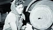 Marie Okurková u soustruhu v závodě vyrábějícím hudební nástroje (1958).