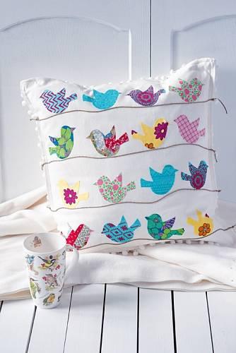 Na svůj polštář si ptáčků samozřejmě můžete nalepit tolik, kolik se vám líbí.