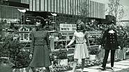 Před čs. pavilonem na Světové výstavě v Montrealu v květnu 1967, zleva Růžena Poláková, Dana Silvínová a Marta Kaňovská Šafránková.