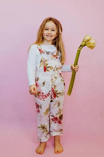 Taky malé holky se můžou na zahrádku vybavit zahradnickým oblečením.