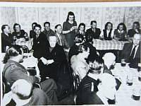 Miloslava Kalibová čte dopis na schůzi k prvnímu výročí osvobození 4. května 1946 (Slovanský dům v Praze)