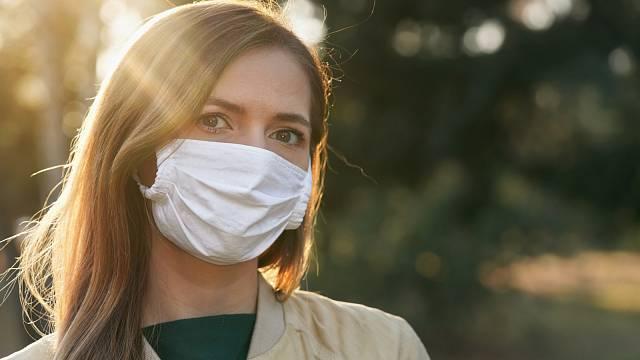Pod maskou pleť přichází o kyslík