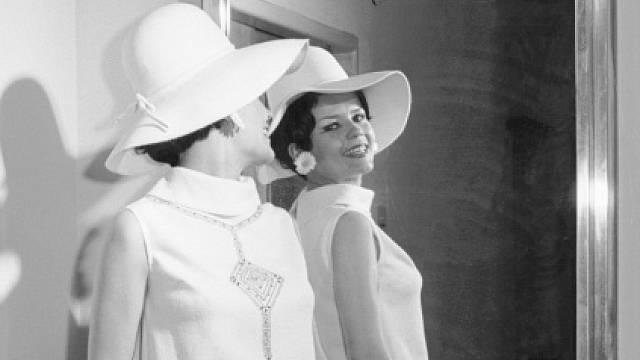 Tehdejší tisk napsal: Modelka Olga Melíšková předvádí letní šaty s výšivkou