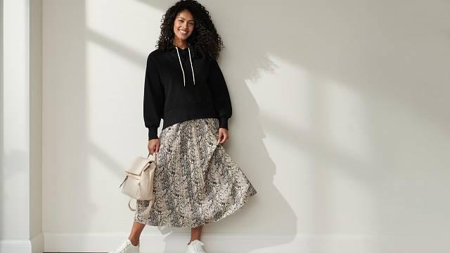 Dlouhá sukně se může kombinovat i s objemným svetrem