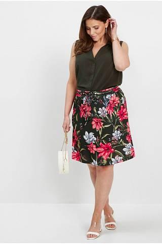 Atraktivní sukně do 'áčka' dá vyniknout hezkým lýtkům.