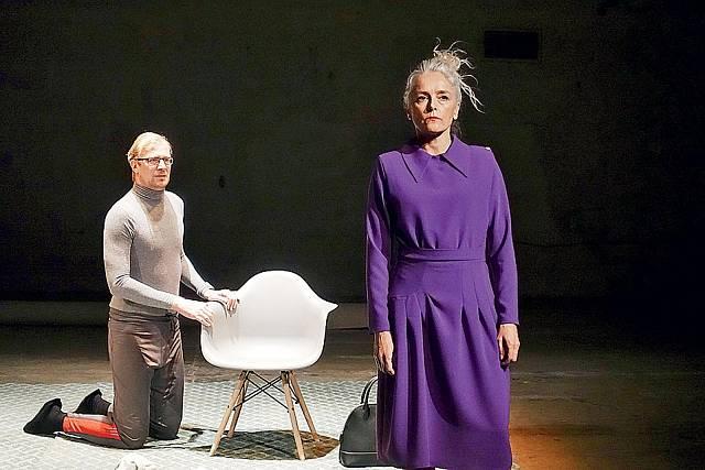 S Martinem Pechlátem v představení Soukromé rozhovory hraje podle vlastního scénáře manželku, která se přizná k nevěře.