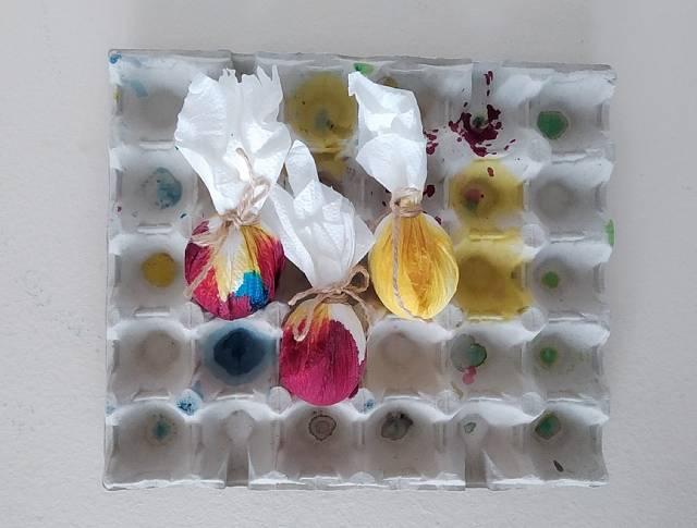 Rozstřikovačem pak lehce pokropte utěrku, aby se barvy navejci rozpily avytvořily různé plynulé přechody. Vše nechte dobře uschnout, a pak vejce opatrně rozbalte.