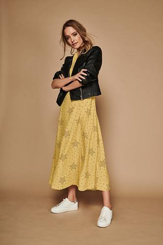 Šaty a tenisky, M&Co.