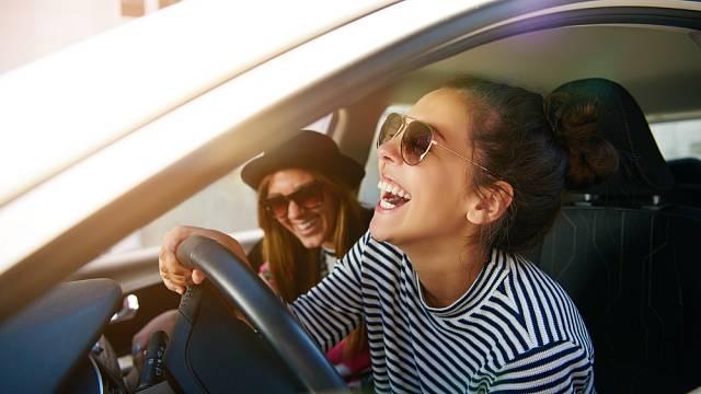 Když se učíte řídit, je lepším společníkem kamarádka