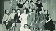 Manekýny Centrotexu v 50. letech. Nahoře druhá zprava Věra Chytilová, uprostřed fotograf Oldřich Straka. Věra Waldhansová třetí zleva v dolní řadě.