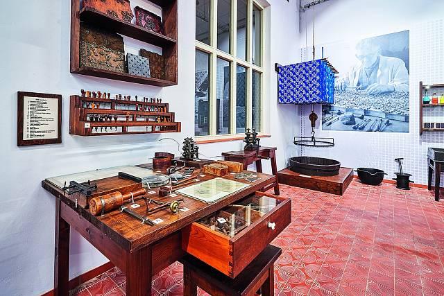 6. V Muzeu ve Dvoře Králové nad Labem je expozice věnovaná modrotisku. Můžete si tam vyzkoušet barvení a prohlédnout si vybavení potřebné ke vzniku modrotiskových látek.