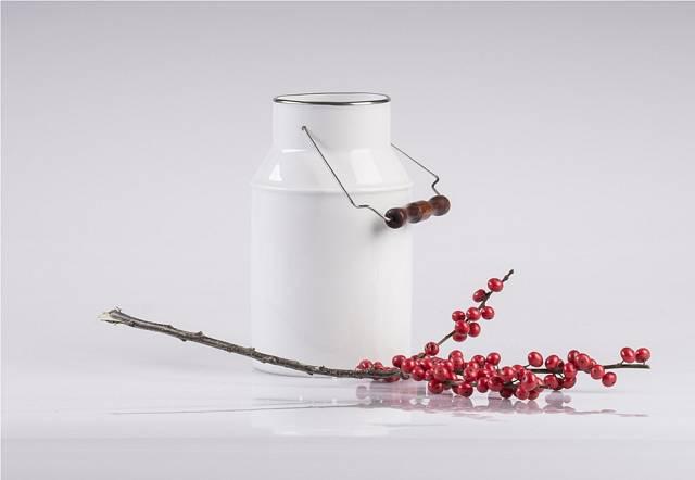 Tahle váza není z plechu, ale z porcelánu od Lucie Tomis Volkové.