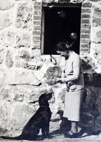 Mariina tchyně krmí opuštěného psa po odsunutých Němcích. Foto pořízené těsně po válce před jejich vilou v Železné Rudě, která jim byla v té době vrácena