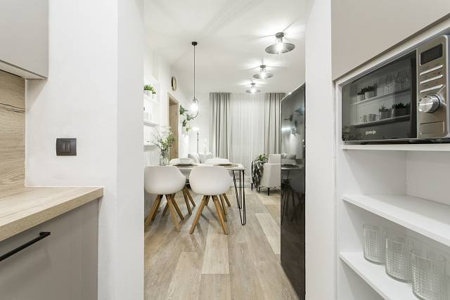 Pohled ze zrekonstruované kuchyně do obýváku