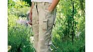 Tahle zahradnice má nejenom lehké prodyšné kalhoty, ale i uzavřené boty.