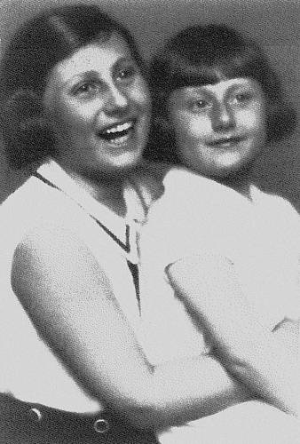 Eva Ehrlichová (vpravo) se starší sestrou Růženou. Předválečné foto