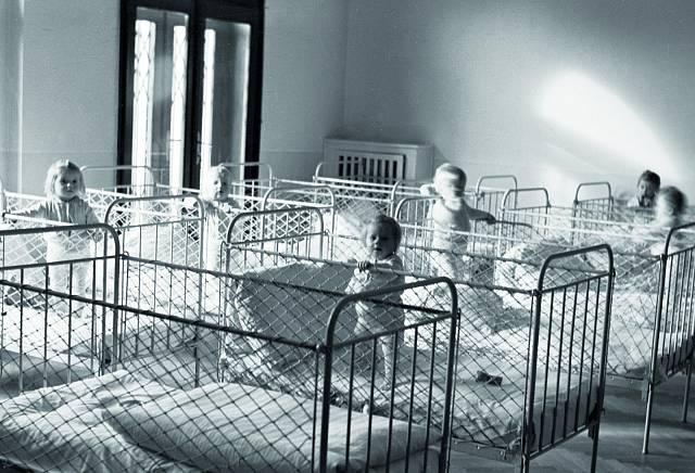 Děti v závodních jeslích. Textilany Liberec ve vile bývalého textilního velkoprůmyslníka (1951).