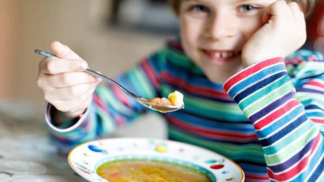Polévka a hlavní jídlo? Mnoho dětí tento zvyk zná jen ze školy
