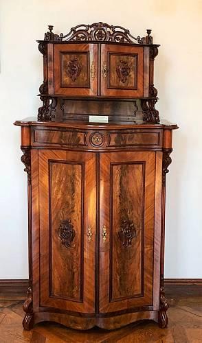 Restaurované kusy nábytku jsou k vidění v expozicích Zámku Slavkov – Austerlitz nebo čekají na svou výstavní příležitost v tamním depozitáři. Tato trojice pochází z poloviny 18. až poloviny 19. století.