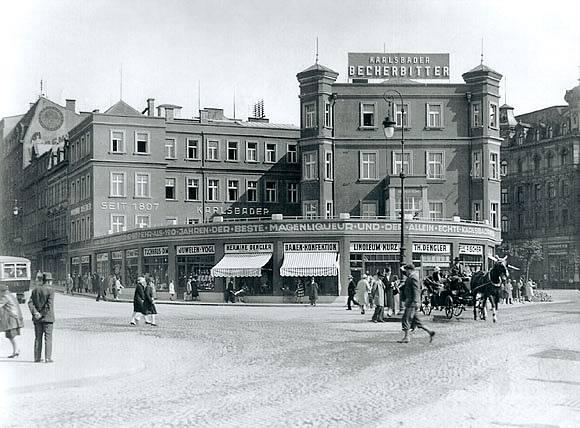 Víc než sto let se Becherovka vyráběla v karlovarské budově, kde je dnes návštěvnické centrum.
