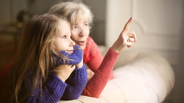 Babička je pro děti symbolem klidu a trpělivosti