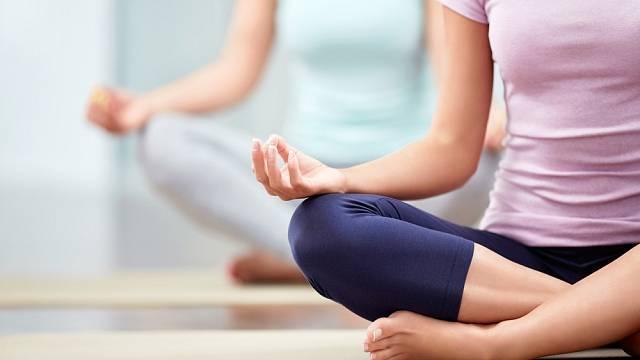 Jako prevenci by hormonální jógu měly cvičit všechny ženy po 35. roce života. Právě v té době totiž začíná klesat hladina estrogenu