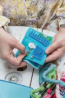Do šitíčka si můžete zapichovat špendlíky i schovávat knoflíčky.