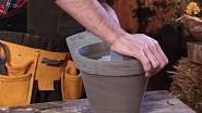 Do květináče vložte aranžovací hmotu a zmenšete ji na odpovídající velikost. Vyplňte jí celý vnitřek květináče.