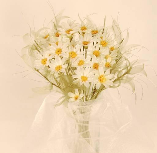 Z jemného nylonu, drátků a korálků skládá své něžné květiny Jana Mischingerová, kterou najdete na Fleru.