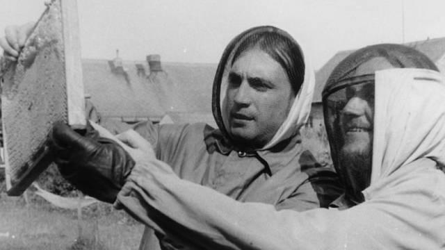 Včelaři Mejla Hlavsa a Viktor Parkán (vpravo)